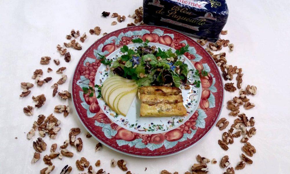 Pain perdu auvergnat au Bleu de Laqueuille et aux poires, salade et herbes franches