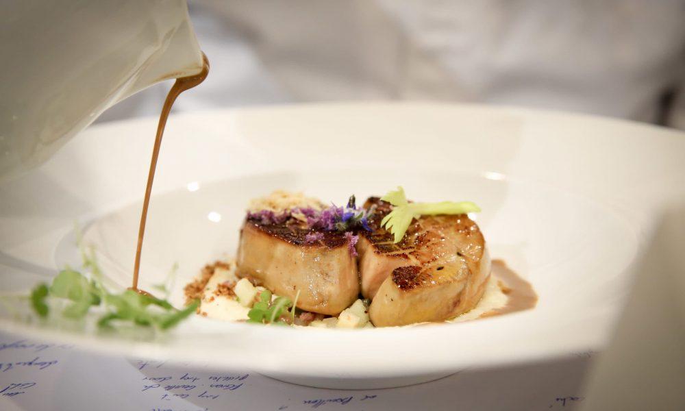 Escalope de foie gras à la fleur de cazette du Morvan, mousseline de céleri fumé, pomme laquée et sauce au pralin de noisettes.