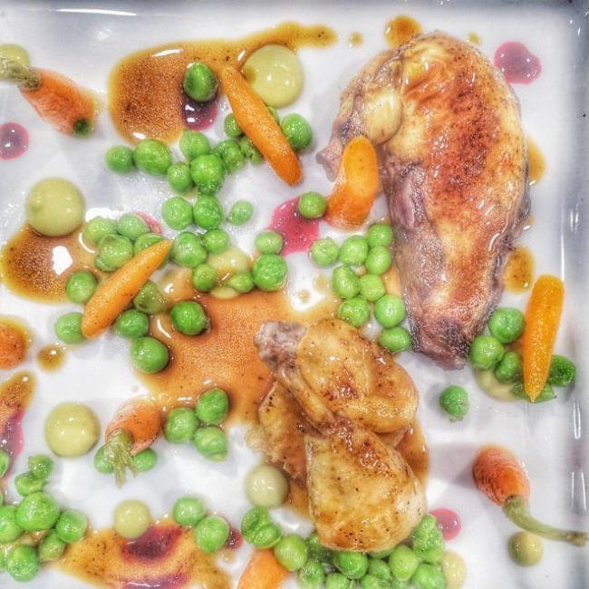 ½ coquelet en 2 cuissons, «tout» petits pois carottes, condiment de cosses et jus de viande