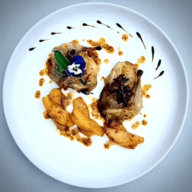 Cailles des Vosges rôties aux chanterelles, poires fondantes et piment d'Espelette