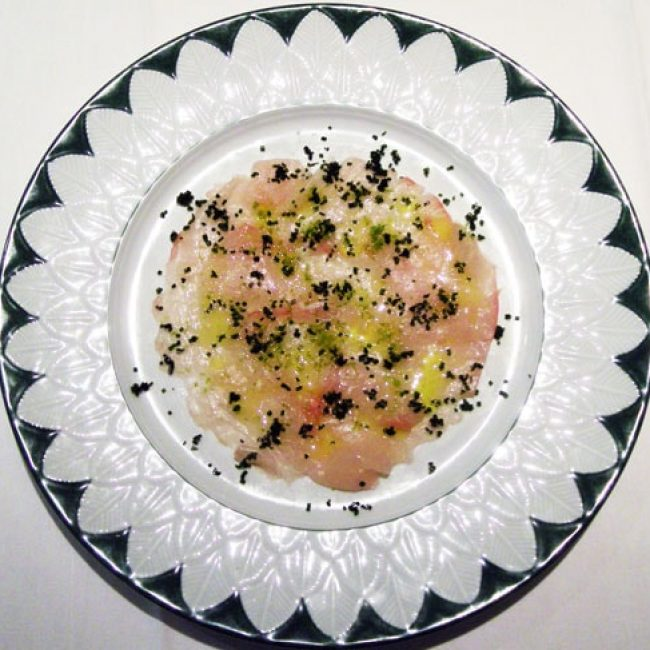 Carpaccio de sériole mariné au citron vert, huile d'olive et herbes fraîches, poivre noir et fleur de sel de Guérande