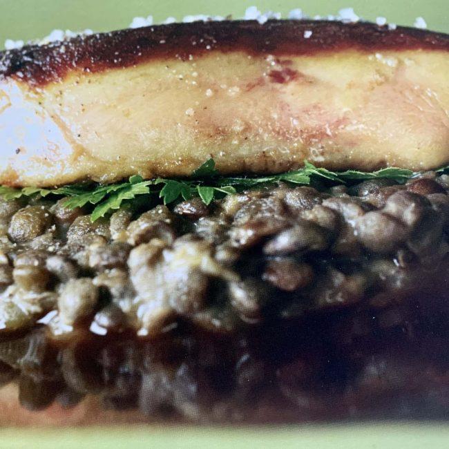 Escalope de foie gras poêlé, lentilles du Puy cuites et sauce balsamique