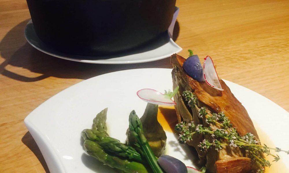 Épaule d'agneau de Sisteron cuite en cocotte lutée, artichaut violet, asperges vertes et radis