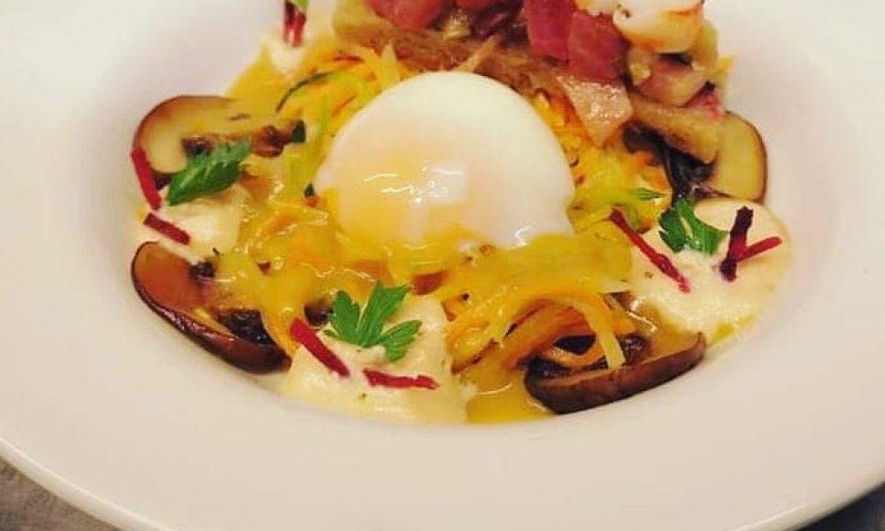 Oeuf parfait, cuit à 64°C étuvé de légumes multicolores, jus de crustacés, émulsion de mélisse, tartine aux salpicons de grosses crevettes