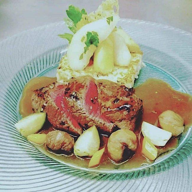 Pavé de biche poêlé, galette de riz au cantal, coings et poires rôtis, châtaigne sauce escabèche