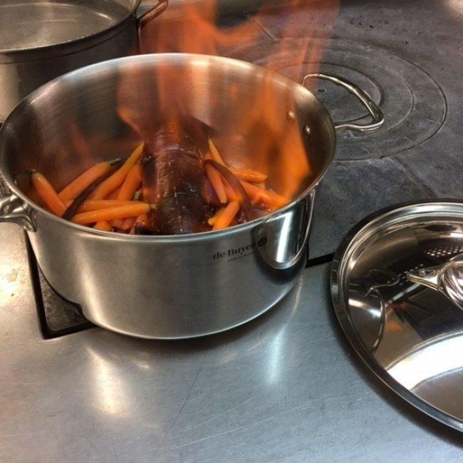 Homard bleu rôti et flambé en casserole, aux carottes fane à la vanille Bourbon