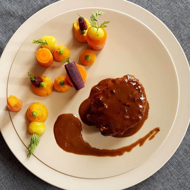 Filet de bœuf flambé au Marc de Bourgogne, sauce aux bourgeons de cassis, carottes parfumées au poivre de cassis