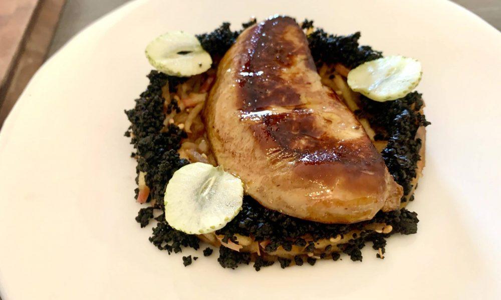 Escalope de foie gras de canard, déglacée au saké japonais et poêlée de pommes Fuji
