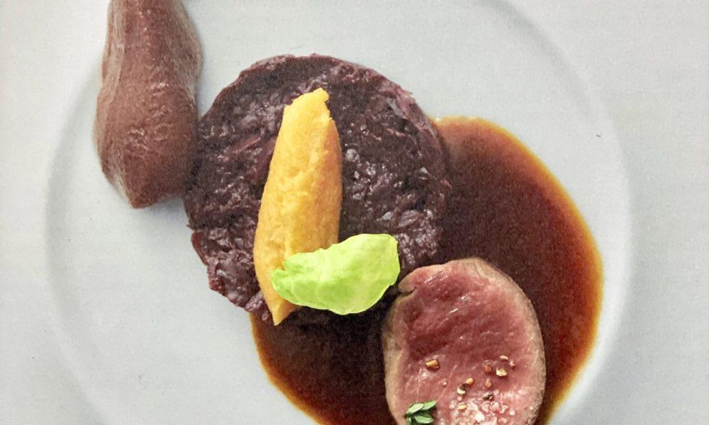 Noisette de dos de chevreuil cuit rosé, sauce grand veneur, choux rouge confit, poires au trousseau, Spätzli et pommes de terre douces