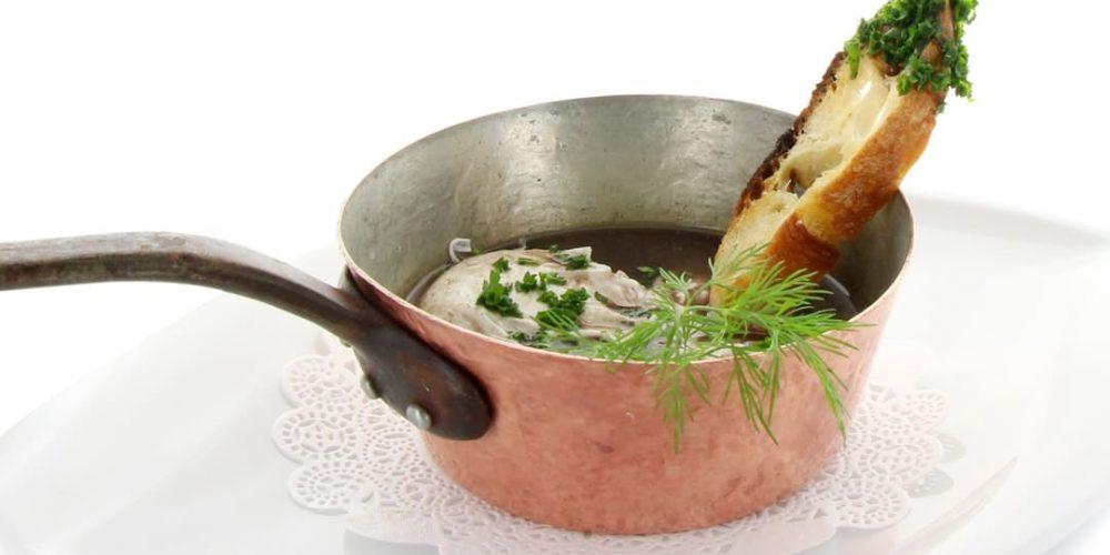 Petite cocotte d'œufs en meurette à la Bourguignonne
