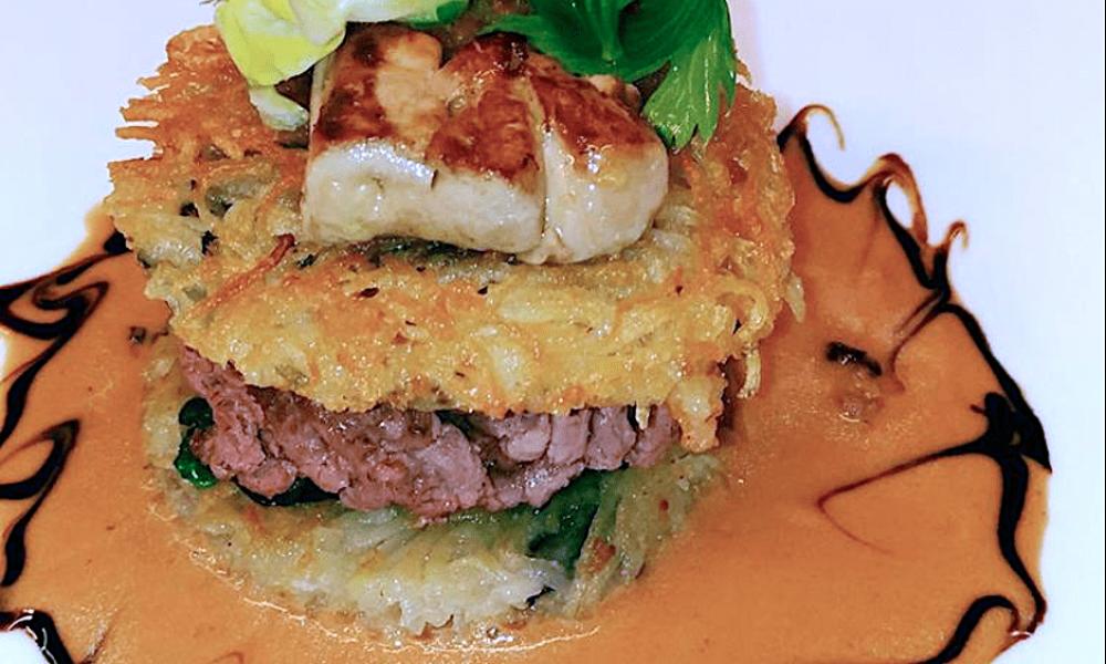 Hamburger de steack de canard en croustille de pommes de terre, foie gras de canard et roquefort, jus de poivre long