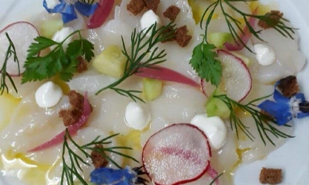 Carpaccio de Saint Jacques au citron vert, bouquet végétal, iode d'une huître