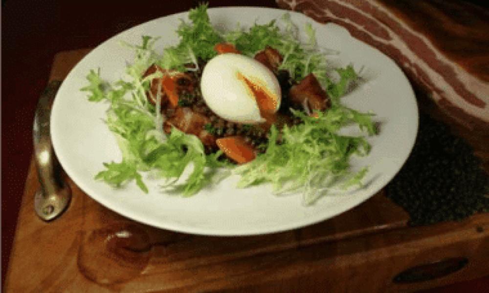 Œuf mollet, lentilles vertes aux lardons