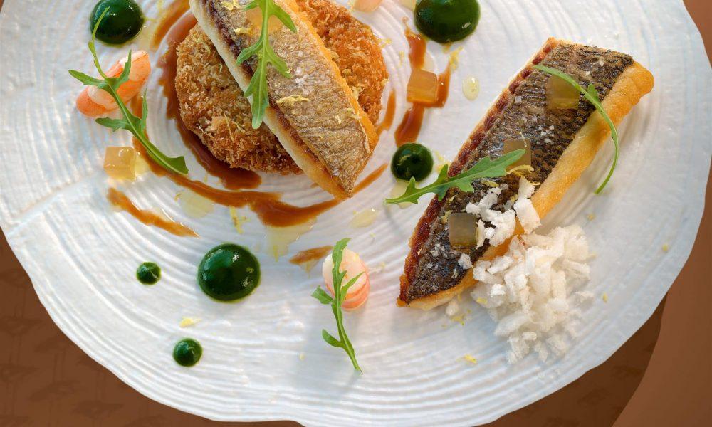 Aiguillette de daurade meunière, caviar d'aubergine infusé à la réglisse et roquette